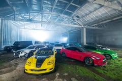 Много настраивая спортивных машин в ангаре Стоковое фото RF