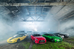 Много настраивая спортивных машин в ангаре Стоковые Фото