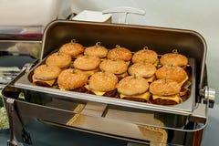 Много небольшие бургеры на ресторанном обслуживание события стоковое фото rf