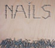 Много ногтей на деревянной предпосылке с космосом экземпляра для вашего собственного текста для fatherday, мастерской или открытк стоковые изображения rf