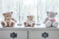 Много носят куклу и свечу на предпосылке таблицы и windowsill Стоковое фото RF