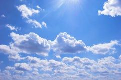 Много облаков в голубом небе день солнечный установьте текст стоковые изображения