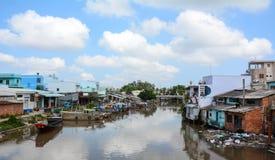 Много домов расположенных на речном береге в Бен Tre, южном Вьетнаме Стоковое Изображение RF