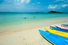 Много определяют размер и красочный каяка в голубом небе, людях поплавайте в ясном море в популярном пляже во время праздника Стоковое фото RF