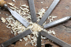 много острых стальных лезвий много зубила и chippings опилк в Wo стоковые фото