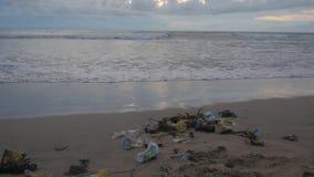 Много отходы погани и пластмассы на океане приставают к берегу после шторма Kuta, Бали, Индонезия