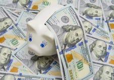 Много 100 долларовых банкнот на белизне Стоковая Фотография