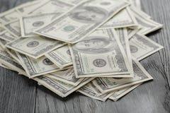Много 100 долларовых банкнот на деревянном столе Стоковые Фото