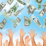 Много долларов падая на бизнесменов рук Стоковые Изображения
