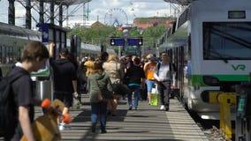 Много пассажиры и поездов на железнодорожном вокзале в Хельсинки, Финляндии сток-видео