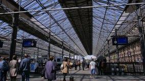 Много пассажиры и поездов на железнодорожном вокзале в Хельсинки, Финляндии Промежуток времени сток-видео