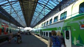 Много пассажиры на платформе на железнодорожном вокзале в Хельсинки, Финляндии Промежуток времени сток-видео