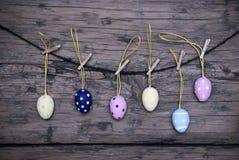 Много пасхальных яя вися на линии с рамкой Стоковые Изображения