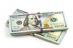 Много пачка США 100 долларов банкнот изолированных на белой предпосылке конец вверх Стоковые Изображения RF