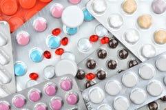 Много пилюльки и таблеток на таблице Стоковое Изображение