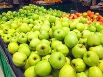 Много плодоовощей зеленеют яблока лежа в коробках в супермаркете Стоковые Фото