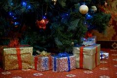 Много подарков рождества под елью стоковые изображения rf
