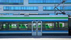 Много поездов приходят и идут на железнодорожный вокзал Промежуток времени сток-видео