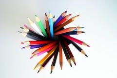 Много покрашенные карандаши внутри жестяной коробки Стоковая Фотография