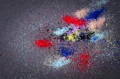 Много покрашенный конспект художничества состава краски порошка разбросал дальше стоковые изображения