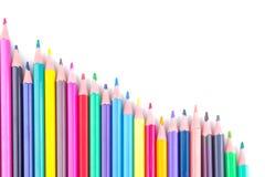 Много покрашенных карандашей на предпосылке изолированной белизной близкие поставкы школы транспортира компаса вверх стоковые фото