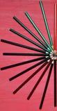 Много покрашенных карандашей на розовой предпосылке Стоковое Изображение