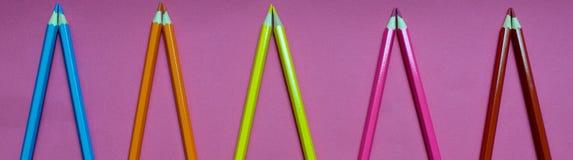 Много покрашенных карандашей на розовой предпосылке Стоковое Изображение RF