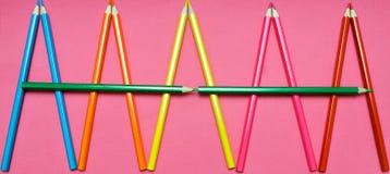 Много покрашенных карандашей на розовой предпосылке Стоковое фото RF