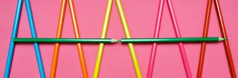 Много покрашенных карандашей на розовой предпосылке Стоковая Фотография