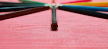 Много покрашенных карандашей на розовой предпосылке Стоковые Фотографии RF