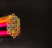 Много покрашенных карандашей на черной предпосылке Стоковое Изображение RF