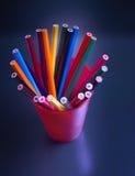 Много покрашенных карандашей на черной предпосылке Стоковое Изображение