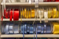 Много покрашенных лент для смычков в выставке в Норвегии Стоковое фото RF
