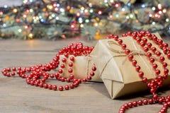 Много подарков ранят бумагу kraft, гирлянду hristmas  Ñ Стоковые Изображения RF