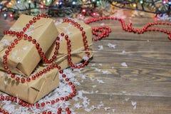 Много подарков ранят бумагу kraft, гирлянду hristmas  Ñ Стоковая Фотография