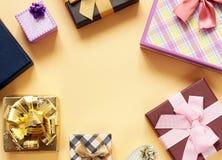 Много подарочные коробки с смычками Стоковое Изображение