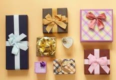 Много подарочные коробки с смычками Стоковая Фотография
