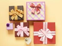 Много подарочные коробки с смычками Стоковые Фотографии RF