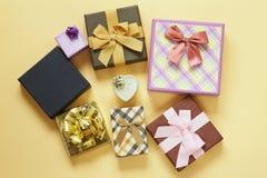 Много подарочные коробки с смычками Стоковое Изображение RF