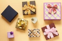Много подарочные коробки с смычками Стоковые Фото