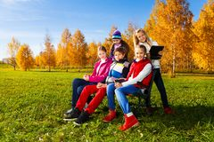 Много подростка на стенде в парке Стоковые Фотографии RF
