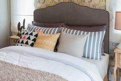 Много подушек на кровати и головных лампах кровати Стоковые Фото