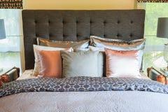 Много подушек на кровати и головных лампах кровати Стоковое Изображение RF