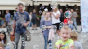 Много пузырей летают в воздух на несосредоточенной предпосылке людей