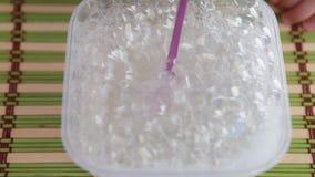 Много пузыри мыла дуют через трубку сток-видео