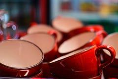 Много пустые красные чашки для чая в кафе Стоковое фото RF