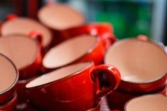 Много пустые красные чашки для чая в кафе Стоковое Изображение RF