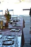 Много пустые стекла, плиты и бутылки спирта Стоковое Фото