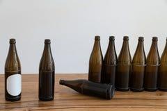 Много пустых коричневых пивных бутылок на деревянном столе стоковое фото