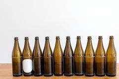 Много пустых коричневых пивных бутылок на деревянном столе стоковая фотография rf